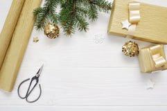 Τοπ έγγραφο συσκευασίας άποψης ντεκόρ χριστουγεννιάτικων δέντρων προτύπων και χρυσά κορδέλλα και ψαλίδι δώρων, flatlay σε ένα λευ Στοκ Εικόνες
