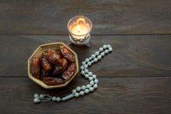 Τοπ έννοια υποβάθρου φεστιβάλ Ramadan Kareem διακοσμήσεων & τροφίμων άποψης Στοκ εικόνα με δικαίωμα ελεύθερης χρήσης