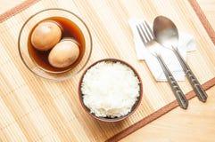 Τοπ αυγά άποψης που μαγειρεύονται και ρύζι στον πίνακα Στοκ φωτογραφία με δικαίωμα ελεύθερης χρήσης