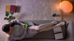Τοπ βλαστός κινηματογραφήσεων σε πρώτο πλάνο νέο ελκυστικό θηλυκό να κουβεντιάσει εφήβων στο τηλέφωνο με την πράσινη συνεδρίαση ο φιλμ μικρού μήκους