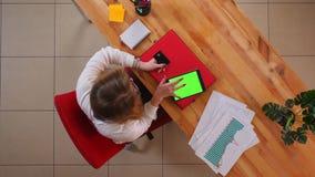 Τοπ βλαστός κινηματογραφήσεων σε πρώτο πλάνο της νέας καυκάσιας επιχειρηματία που ψωνίζει on-line στην ταμπλέτα με την πράσινη οθ φιλμ μικρού μήκους
