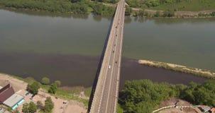 Τοπ γέφυρα εθνικών οδών άποψης πέρα από τον ποταμό βιομηχανικά απόβλητα στο νερό, περιβαλλοντική έννοια ρύπανσης συμβολή δύο φιλμ μικρού μήκους