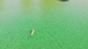 Τοπ γυναίκα άποψης στο σαφές και διαφανές θαλάσσιο νερό Εναέρια γυναίκα άποψης στο τυρκουάζ θαλάσσιο νερό Παραλία παραδείσου με τ φιλμ μικρού μήκους