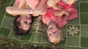 Τοπ γωνία άποψης - ευτυχής μητέρα που παίζει με την λίγη κόρη κοριτσάκι και που έχει τη διασκέδαση - νέο καυκάσιο άσπρο mom απόθεμα βίντεο
