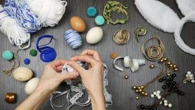 Τοπ διαδικασία άποψης το αυγό Πάσχας Ντεκόρ επιλογών γυναικών για τα μοντέρνα αυγά απόθεμα βίντεο