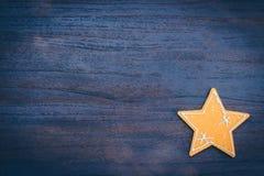 Τοπ διακοσμήσεις δώρων Χριστουγέννων άποψης στο ξύλινο διάστημα αντιγράφων υποβάθρου Στοκ Εικόνες