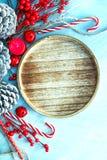 Τοπ διακόσμηση και διακόσμηση Χριστουγέννων άποψης στο ανοικτό μπλε υπόβαθρο με το διάστημα αντιγράφων Στοκ Εικόνες