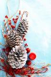 Τοπ διακόσμηση και διακόσμηση Χριστουγέννων άποψης στο ανοικτό μπλε υπόβαθρο με το διάστημα αντιγράφων Στοκ φωτογραφία με δικαίωμα ελεύθερης χρήσης