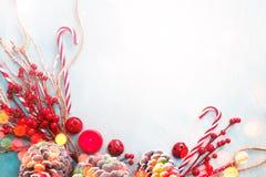 Τοπ διακόσμηση και διακόσμηση Χριστουγέννων άποψης στο ελαφρύ υπόβαθρο με το διάστημα αντιγράφων Στοκ φωτογραφία με δικαίωμα ελεύθερης χρήσης