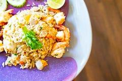 Τοπ διαστημική, ασιατική κουζίνα άποψης και αντιγράφων, τηγανισμένο ρύζι με τη γαρίδα και λαχανικά στο πιάτο στον ξύλινο πίνακα Στοκ φωτογραφίες με δικαίωμα ελεύθερης χρήσης