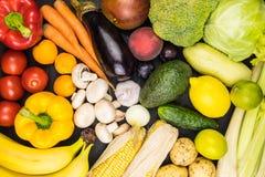 Τοπ εικόνα άποψης κινηματογραφήσεων σε πρώτο πλάνο των φρέσκων οργανικών λαχανικών και των φρούτων Λ στοκ φωτογραφία