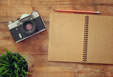 Τοπ εικόνα άποψης του ανοικτού κενού σημειωματάριου και της παλαιάς κάμερας Στοκ φωτογραφίες με δικαίωμα ελεύθερης χρήσης