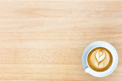 τοπ εικόνα άποψης του φλυτζανιού του καφέ τέχνης latte άνω του ξύλινου κατασκευασμένου τ Στοκ Φωτογραφία