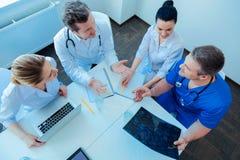 Τοπ εικόνα άποψης των ικανών γιατρών που που εργάζονται από κοινού στοκ φωτογραφία