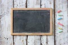 Τοπ εικόνα του πίνακα κιμωλίας και των ζωηρόχρωμων κιμωλιών πέρα από τον ξύλινο πίνακα στοκ φωτογραφία με δικαίωμα ελεύθερης χρήσης