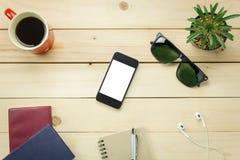 Τοπ επιστολόχαρτο άποψης, μάνδρα, κάκτος, ρολόι, κινητό τηλέφωνο, paperclips, Lapt Στοκ Φωτογραφίες