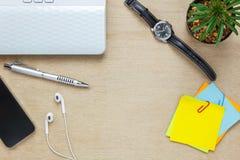 Τοπ επιστολόχαρτο άποψης, μάνδρα, κάκτος, ρολόι, κινητό τηλέφωνο, paperclips, περιτύλιξη Στοκ Εικόνα
