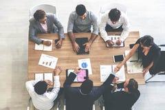 Τοπ επιχειρηματίας και επιχειρηματίας άποψης που διοργανώνουν μια συνεδρίαση και που αναλαμβάνουν μια επιχειρησιακή υποχρέωση στοκ εικόνες με δικαίωμα ελεύθερης χρήσης