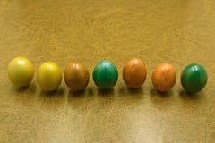 Τοπ ζωγραφική αυγών Πάσχας άποψης ζωηρόχρωμη κατά τη διάρκεια του Πάσχας και του καφετιού υποβάθρου Αυγά Πάσχας στο καφετί υπόβαθ Στοκ Φωτογραφία
