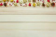 Τοπ διακόσμηση και διακόσμηση Χριστουγέννων άποψης στον ξύλινο πίνακα με το γ Στοκ Εικόνες