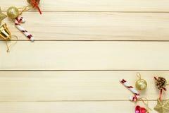 Τοπ διακόσμηση και διακόσμηση Χριστουγέννων άποψης στον ξύλινο πίνακα με το γ Στοκ εικόνες με δικαίωμα ελεύθερης χρήσης