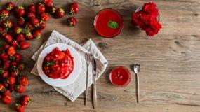 Τοπ διατροφή φραουλών άποψης σε ένα πρόγευμα στο ξύλινο υπόβαθρο στοκ εικόνες