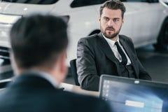 Τοπ διευθυντής και πελάτης πωλήσεων στην αίθουσα εκθέσεως αντιπροσώπων Στοκ Εικόνες