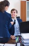 Τοπ διευθυντής που φλερτάρει με τον κατώτερο ανώτερο υπάλληλο στον εργασιακό χώρο Στοκ Εικόνες
