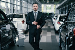 Τοπ διευθυντής πωλήσεων στην αίθουσα εκθέσεως αντιπροσώπων Στοκ Φωτογραφίες