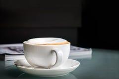τοπ καφές cappuccino άποψης στο άσπρο φλυτζάνι Στοκ Φωτογραφία