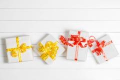 Τοπ κιβώτιο δώρων Χριστουγέννων άποψης στο άσπρο ξύλινο επιτραπέζιο υπόβαθρο, ΛΦ Στοκ φωτογραφία με δικαίωμα ελεύθερης χρήσης