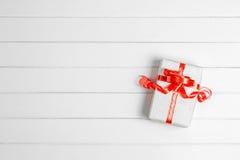 Τοπ κιβώτιο δώρων Χριστουγέννων άποψης στο άσπρο ξύλινο επιτραπέζιο υπόβαθρο, ΛΦ Στοκ Εικόνες