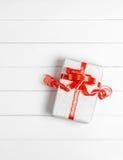 Τοπ κιβώτιο δώρων Χριστουγέννων άποψης στο άσπρο ξύλινο επιτραπέζιο υπόβαθρο, ΛΦ Στοκ Εικόνα