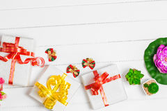 Τοπ κιβώτιο δώρων Χριστουγέννων άποψης στο άσπρο ξύλινο επιτραπέζιο υπόβαθρο, ΛΦ Στοκ Φωτογραφία