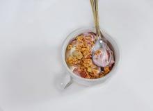 Τοπ κινηματογράφηση σε πρώτο πλάνο του γιαουρτιού σμέουρων με το κάλυμμα granola Στοκ Εικόνες