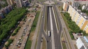 Τοπ κινούμενη άποψη από τον κηφήνα του σύγχρονου νέου δρόμου με τη διασταύρωση κυκλικής κυκλοφορίας στη μεγάλη πόλη στη θερινή ημ απόθεμα βίντεο