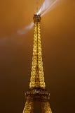 Τοπ μέρος πύργων του Άιφελ στο Παρίσι τη νύχτα Στοκ Εικόνα