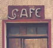 Τοπ μισό της πόρτας ενός εγκαταλειμμένου εκλεκτής ποιότητας καφέ ενός γαλλικού χωριού στοκ φωτογραφία με δικαίωμα ελεύθερης χρήσης