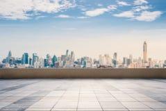 Τοπ μπαλκόνι στεγών με το υπόβαθρο εικονικής παράστασης πόλης Στοκ Εικόνες