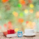 Τοπ ξύλινος πίνακας με την κούπα καφέ Κιβώτιο δώρων και ένα βιβλίο Περίληψη Στοκ Εικόνες
