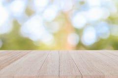 Τοπ ξύλινος πίνακας στη θαμπάδα και bokeh το υπόβαθρο στοκ φωτογραφία με δικαίωμα ελεύθερης χρήσης