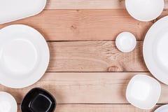 Τοπ ομάδα άποψης κενού πιάτου στο ξύλινο υπόβαθρο κατασκευασμένο Στοκ φωτογραφία με δικαίωμα ελεύθερης χρήσης