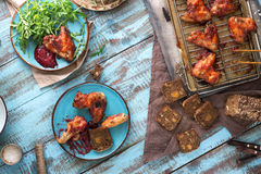 Τοπ πίνακας γευμάτων άποψης με τα φτερά κοτόπουλου στη σάλτσα των βακκίνιων Στοκ Εικόνες