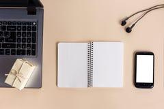 Τοπ πίνακας γραφείων άποψης με το σημειωματάριο, υπολογιστής και Στοκ Εικόνες