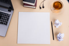 Τοπ πίνακας γραφείων άποψης με το σημειωματάριο, υπολογιστής και Στοκ εικόνα με δικαίωμα ελεύθερης χρήσης