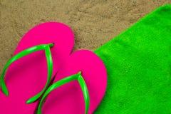 Τοπ παντόφλες άποψης μια πράσινη πετσέτα στοκ εικόνα