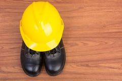 Τοπ παπούτσια ασφάλειας άποψης και σύνθεση των εργαλείων εργασίας Στοκ φωτογραφία με δικαίωμα ελεύθερης χρήσης