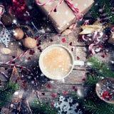 Τοπ παραμύθι άποψης φλυτζανιών καφέ ποτών Χριστουγέννων Στοκ φωτογραφία με δικαίωμα ελεύθερης χρήσης