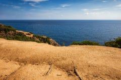Τοπ πεζούλι απότομων βράχων στη Μεσόγειο στην Ισπανία Στοκ Φωτογραφίες