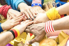 Τοπ πλάγια όψη των πολυφυλετικών χεριών των φίλων οπαδών ποδοσφαίρου στοκ φωτογραφία με δικαίωμα ελεύθερης χρήσης
